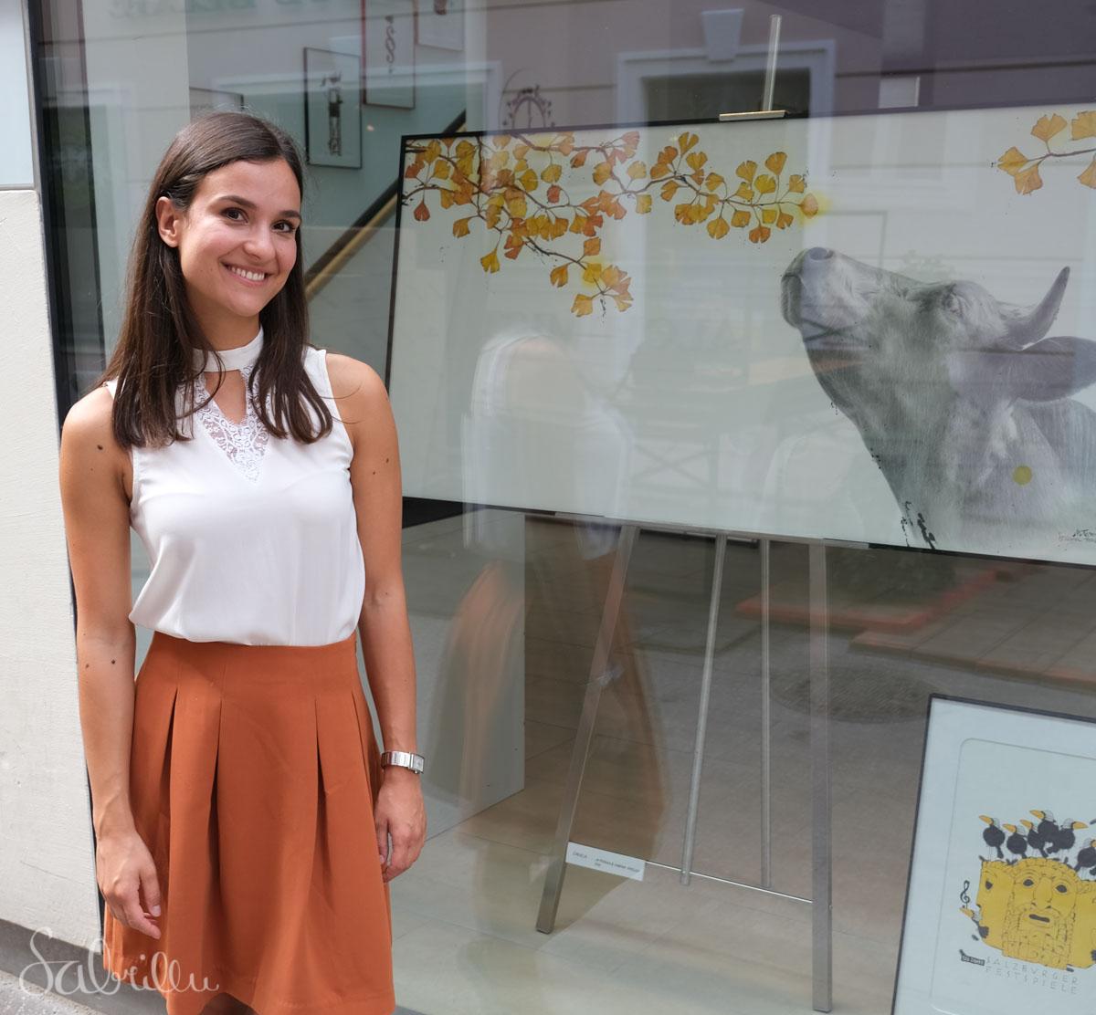 Sabrina Hassler vor dem Schaufenster der Galerie Michael Ferner